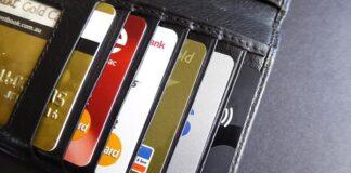 płacić kartą kredytową